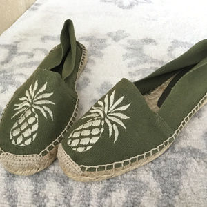 Tommy Bahama flat espadrille canvas pineapple 7 M